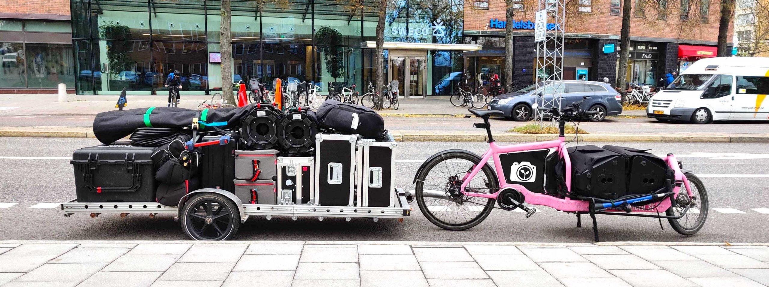 Lastcykel med stort släp, fullastad med videoutrustning för livesändning.